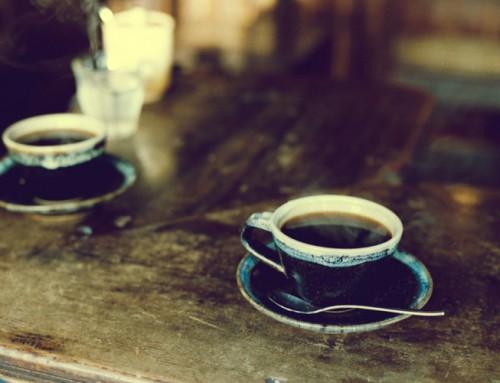 Un pahar sănătos cu apă și-o cafea! Pretexte și efecte
